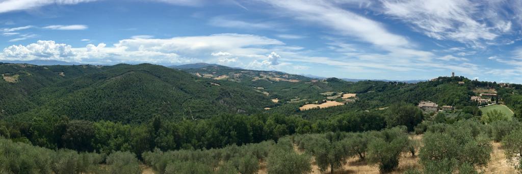 Panorama della campagna umbra attorno al convento e abbazia di san Lorenzo di Collazzone.